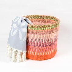 Unsere Sisalkörbe machen sich übrigens auch super als Körbe für Tücher, Wolle, Pflanzen oder auch als Obst- und Gemüsekörbe. Die Sisalkörbe werden von einer Frauen-Kooperative in Kenia fair hergestellt. Sisal, Laundry Basket, Wicker, Organization, Super, Home Decor, Desserts, Kenya, Decorative Baskets