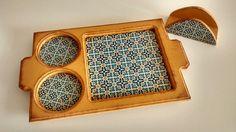 Bandeja e porta guardanapos decorados com papel imitação azulejo português.