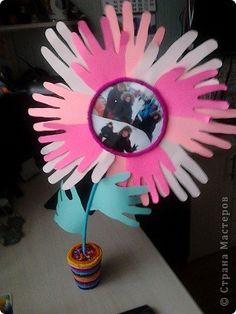 Цветок ко Дню семьи из из бумажных ладошек, в центре - фотография семьи