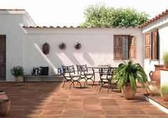The exterior tiling presents its beauties Exterior Tiles, Exterior Design, Garden Sitting Areas, Santa Fe Home, Casa Patio, Mexico House, Spanish Style Homes, House Stairs, Cozy Room