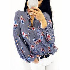 Piękna bluzka z bufiastymi rękawami i wiązaniem przy szyi. W modny wzór: biało-niebieskie paski z kwiatami Denim, Jackets, Tops, Women, Fashion, Down Jackets, Moda, Fashion Styles, Fashion Illustrations