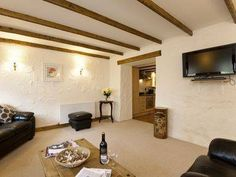 Crantock Cottage Goonhavern Situated in Perranporth, this holiday home features a garden with a seasonal outdoor pool. The unit is 31 km from St Ives. Free WiFi is featured throughout the property.  The kitchen features an oven.
