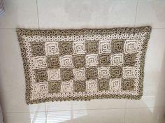 Tapete mesclado de crochet sobreposto. link com tutorial: http://falandodecrochet.blogspot.com.br/2008/03/tapete-de-croch-ponto-rede-de-pontos.html