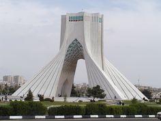 Tehran en Tehrān. (Teherán, capital de Irán). A pesar de estar bajo una república islámica (chiita) de mierda, la arquitectura y los paisajes del lugar son sublimes.