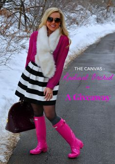 skirt and hunter boots Hunter Boots Fashion, Pink Hunter Boots, Pink Rain Boots, Hunter Boots Outfit, Girls Rain Boots, Wellies Rain Boots, Hunter Rain Boots, Preppy Outfits, Pink Outfits