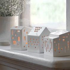 Når du i den mørke tid tænder fyrfadslysene i Urbania lyshusene, fyldes hjemmet med lys og varme. Deres enkle og samtidig poetiske formsprog passer de smukt ind i et moderne hjem.