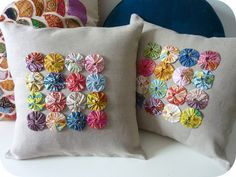 I like the yo-yo pillows idea. yo-yo pillows, must do for the futon! yo-yos and a plain cushion cover. - This gives me an idea to crochet a plain cushion and make these circles as decoration for it. yo-yo rosettes made with anna maria horner's little folk Plain Cushions, Cute Cushions, Cute Pillows, Diy Pillows, Decorative Pillows, Throw Pillows, Sewing Crafts, Sewing Projects, Yo Yo Quilt