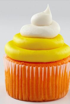 Makes me think of Maegan, she loves candy corn. Creative candy corn inspired cupcake recipe for Halloween -- YUM! Halloween Desserts, Halloween Goodies, Halloween Candy, Halloween Baking, Halloween Stuff, Halloween Cupcakes Decoration, Halloween Cupcakes Easy, Cupcake Decorations, Cupcake Recipes