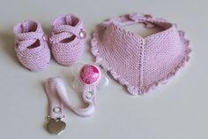 Jeg har strikket og heklet et lite jentesett som passer perfekt som barselsgave. Sokkene er etter en oppskrift på Saartje´s booties, her str...