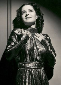 Norma Shearer - Photo by George Hurrell from Romeo and Juliet Old Hollywood Stars, Classic Hollywood, Vintage Hollywood, Hollywood Glamour, Youtubers, Norma Shearer, Biological Father, Hero's Journey, Classic Films