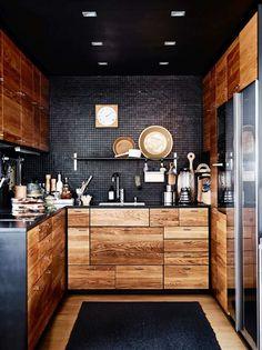 déco de style masculin et cuisine en bois avec crédence en noir
