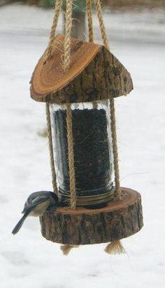 Кормушка для птиц из банки и дерева