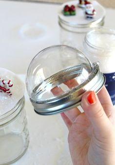 Snow Globe Mason Jar, Christmas Mason Jars, Snow Globe Crafts, Diy Snow Globe, Jar Lid Crafts, Mason Jar Crafts, Christmas Snow Globes, Christmas Diy, Preschool Christmas