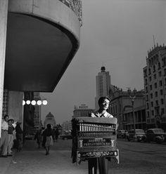 Cilindrero en la avenida Juárez. Fotografía de Nacho López. 1953