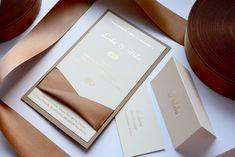💎 LUXUS V DVOCH VRSTVÁCH 💎 Oznámenie je vytvorené z dvoch na seba nalepených papierov, medzi ktorými je previazaná stuha. A navyše kombinácia zlatej a saténovej hnedej vždy vkusne doladí každú svadbu. 😊  #zasnuby #svadba #svadobneoznamenia Card Case, Blush, Container, Weddings, Paper, Invitation Text, Card Wedding, Invitations, Luxury