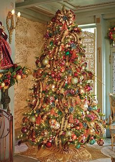 williamsburg assorted ornaments decorate this fabulous tree - Elegant Christmas Decor