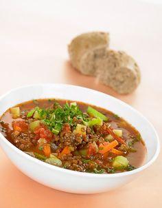 Grønnsaksuppe med linser | 6 stk gulrot 2 stk stangselleri 1/2 stk purre 1 boks hermetiske tomater 12 dl grønnsaksbuljong, ferdigblandet 160 g røde linser, tørre 1 1/2 ts tørket basilikum 1 ts tørket timian 4 ss finhakket persille 1 ts salt 1/2 ts pepper. Bør halveres Frisk, Chili, Nom Nom, Clean Eating, Soup, Beef, Recipes, Cooking, Meat