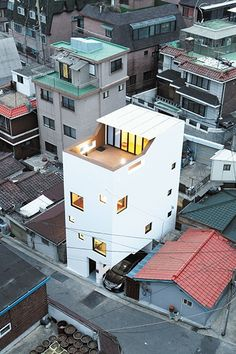 Standing tall amidst other residences this 3 storey high white block acts as a marker due to its bright appearance. Design Exterior, Facade Design, Small Buildings, Modern Buildings, Japanese Architecture, Interior Architecture, Building Architecture, Narrow House, Small House Design