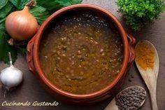La zuppa lenticchie e curcuma è un piatto pieno di sostanze nutrienti perfetto per questa stagione. Semplice e veloce da preparare.