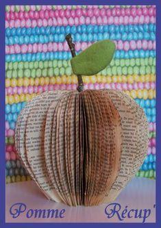 Une pomme en papier faite à partir d'un vieux livre et sur un tuto original trouvé sur Pinterest : http://www.shelterpop.com/2010/06/25/what-to-do-with-old-books/
