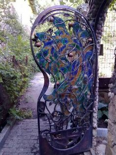 I love this curvaceous gate!