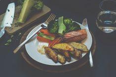 Enkel laksefilet med sprø, ovnsbakte poteter, aioli og grønnsaker - skardalernaering.no  Salmon with crispy, baked potatoes, aioli and vegetables My Recipes, Healthy Recipes, Potato, Steak, Aioli, Chicken, Food, Photos, Health Recipes
