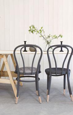 Minns ni Blocketrundanrunt hela stan för att få ihop rätt antal stolar till ateljén? I dagarna fick jag lite tid över och passade då på att måla om stolarna med kalkfärg från Anne Sloan. Det är första