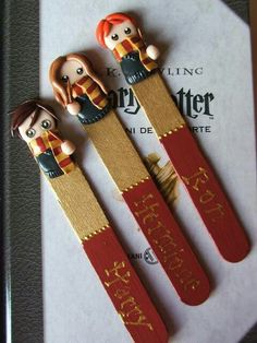 Marque page Harry Potter / figurine fimo Harry Potter Diy, Marque Page Harry Potter, Harry Potter Bookmark, Harry Potter Bricolage, Crea Fimo, Cute Bookmarks, Handmade Bookmarks, Handmade Gifts, Craft Ideas