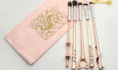 Storybook Cosmetics' Wizard Wand Makeup Brushes Just Got a Rose-Gold Makeover Storybook Cosmetics just launched the Harry Potter–inspired Wizard Wand Makeup Brushes in gold and rose gold. Wand Makeup Brushes, Makeup Eraser, Makeup Brush Set, Makeup Tools, Maquillage Harry Potter, Harry Potter Makeup, Storybook Cosmetics, Make Up Organizer, Wizard Wand