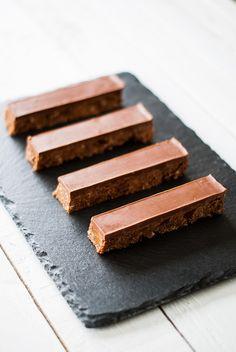 De jolies bouchées à déguster... Comme une mignardise. Une base croquante biscuitée, parsemée de petits caramels au beurre salé et surmontée d'une fine couche au chocolat au lait. Un délice... Qui ...