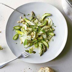 Salat aus rohen Spargeln mit Fenchel. Grün, grün, grün – ist mein Salat! Spargeln, Fenchel und Minze harmonieren nicht nur farblich, auch geschmacklich passen die drei super zusammen.