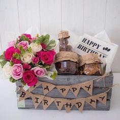 Ideas para obsequiar en un cumpleaños. En un huacal o caja de madera puedes colocar detalles especiales para esa persona que tanto quieres, se creativo y prepara un gran regalo que nunca olviden! Happy Birthday Cards, Diy Birthday, Birthday Greeting Cards, Birthday Gifts, Card Birthday, Homemade Gifts, Diy Gifts, Holiday Gifts, Christmas Gifts