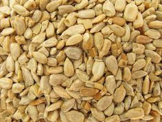 The easiest method for making homemade toasted pumpkin seeds. Use this method for any type of winter squash and waste less food. Yummy Snacks, Snack Recipes, Toasted Pumpkin Seeds, Sunflower Seeds, Milling, Main Meals, Almond, Grains, Stuffed Mushrooms