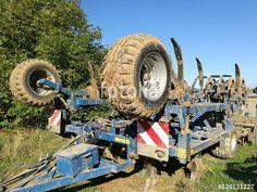 Modernes landwirtschaftliches Gerät mit lehmverschmierten Reifen auf einem Feld bei Oerlinghausen im Teutoburger Wald in Ostwestfalen-Lippe
