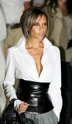 Belt style Victoria Beckham wide corset belt - Pick up similar super wide belt styles from . Victoria Beckham wide corset belt - Pick up similar super wide belt styles from our website - www. David Und Victoria Beckham, Victoria Beckham Stil, Spice Girls, Short Hairstyles For Women, Bob Hairstyles, Corsets, Vic Beckham, Classic White Shirt, Mode Chic