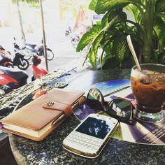 #inst10 #ReGram @dinhdinhdong: Coffee & work!!! #blackberry #q10 #coffee #tiengxuacoffee #BlackBerryClubs #BlackBerryPhotos #BBer #BlackBerry #BlackBerryGirls #Lady #BlackBerryQ10 #Q10 #QWERTY #Keyboard #Luxury #Collection