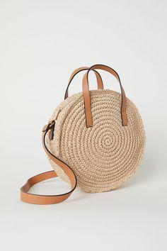H&M Round paper straw handbagRound handbag in braided paper straw with imitation leather details.Borsa rotonda in cartapaglia - Beige chiaro - DONNARund handväska i Hemp Yarn, Round Bag, Round Straw Bag, Straw Handbags, Crochet Purses, Crochet Bags, Straw Tote, Basket Bag, Paper Straws