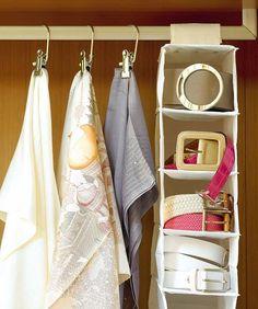 Reserva un espacio de la barra del armario para colgar un organizador.