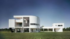 Built by Richard Meier & Partners Architects in East Hampton, United States with date Images by Ezra Stoller/Esto. One of the earliest built works of Richard Meier, The Saltzman House, completed in is one of several Meier-desi. Richard Meier, Richard Neutra, Chinese Architecture, Modern Architecture House, Futuristic Architecture, Architecture Plan, Residential Architecture, Modern Houses, Richard Rogers
