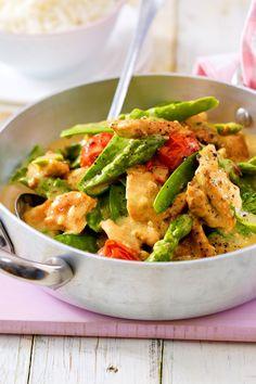 Dieses Pfannengericht steckt voller Frühlingsgefühle: Mit sattgrünem Gemüse, zartem Fleisch und der leichten Soße lässt das Putengeschnetzelte unsere Herzen jetzt höher schlagen. #rezept #idee #spargel #grünerspargel #geschnetzeltes #putengeschnetzeltes #einfachkochen #putenbrust #mittagessen #fettarm #gesund #diät Healthy Cooking, Healthy Recipes, Low Carb, Green Beans, Food And Drink, Keto, Tasty, Meals, Vegetables