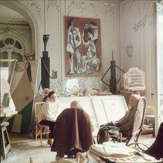 AKG-imágenes -Pablo Picasso wit Jacqueline Roque abd his art-dealer in his Daniel-Henry Kahnweiler in Picasso's Villa >La Californie< near Cannes.