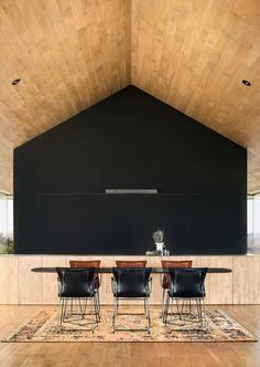 A black feature wall makes a dramatic statement in this dining area. Interior Exterior, Kitchen Interior, Interior Architecture, Interior Design Degree, Modern Interior Design, Black Feature Wall, Interior Minimalista, Ludwig Mies Van Der Rohe, Interiores Design