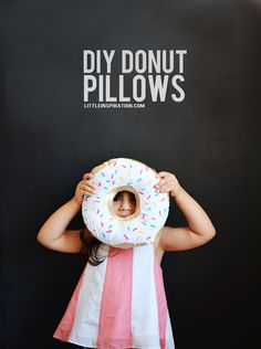 Make a donut pillow! DIY donut pillow with little to no sewing.use a hot glue gun! Sewing Projects For Beginners, Diy Projects To Try, Craft Projects, Craft Ideas, Project Ideas, Diy Ideas, Sewing Patterns Free, Free Sewing, Diy Donuts