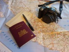 Le minimum INDISPENSABLE :  l'appareil photo bien sur! :), le passeport Obligatoire, le crayon et le papier pour raconter le Road Trip, et la carte --- > pour faire jolie! ;)