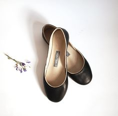schwarze Leder-Ballerinas // black leather flats via DaWanda.com
