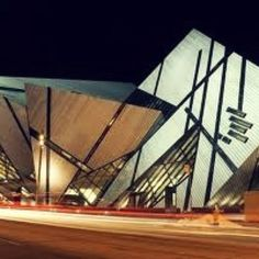 The north face of the Royal Ontario Museum in Toronto, Canada, showing the new Michael Lee-Chin Crystal extension designed by Daniel Libeskind. Beautiful Architecture, Contemporary Architecture, Art And Architecture, Contemporary Building, Futuristic Architecture, Mystery Hotel, Royal Ontario Museum, Daniel Libeskind, Rest Of The World