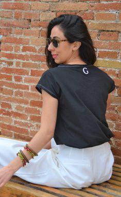 Camiseta en algodón orgánico diseñada y fabricada en Barcelona, algodón turco con certificación GOTS. Corte femenino y casual. Barcelona, Organic Cotton T Shirts, Textiles, Cotton T Shirts, Short Skirts, Pop Of Color, Girly, Costura, Barcelona Spain