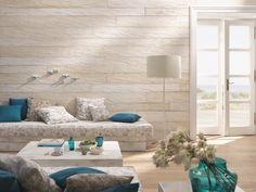 𝐸𝒾𝓃𝑒 𝒲𝒶𝓃𝒹 𝓂𝒾𝓉 𝒶𝓇𝒸𝒽𝒶𝒾𝓈𝒸𝒽𝑒𝓂 𝒞𝒽𝒶𝓇𝒶𝓀𝓉𝑒𝓇  Die Landwand lässt sich mit metallisch veredelten oder kunstvoll bedruckten Brettern individualisieren.  . . . #landeggerboehm ##eiche #wandkunst #landwand #design Couch, Furniture, Design, Home Decor, Settee, Decoration Home, Sofa, Room Decor