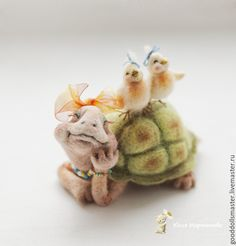 Needle felted turtle with two tiny birds. By Julia Martynova from Russia. Needle Felted Animals, Felt Animals, Wet Felting, Needle Felting, Felt Turtle, Turtle Images, Tiny Bird, Animal Cards, Felt Toys