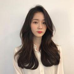 뿌리부터 풍성하게 #빌드펌 💙 . 앞머리부터 볼드하게 흐르는 컬링이 예뻐 너무도 인기많은 디자인이에요:) . 언제나처럼, 저의 모든 디자인에는 탄력있는 컬감과 턴탄한 #뿌리볼륨펌 ! 작은얼굴과 갸름한 턱선을 만들어주지요😊 (염색은 올리브브라운… Korean Long Hair, Korean Hair Color, Redhead Hairstyles, Permed Hairstyles, Men Hairstyles, Medium Hair Styles, Short Hair Styles, Ulzzang Hair, Stylish Haircuts